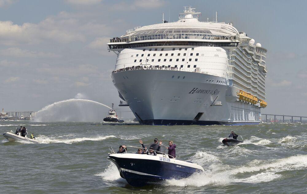'Harmony of the Seas' yolcu gemisi sulara indi