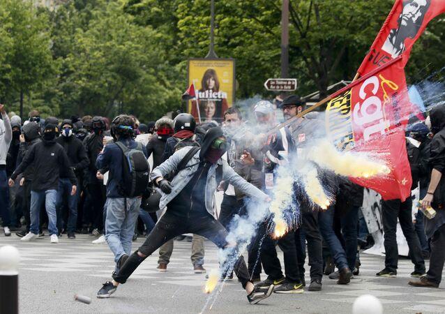 Çalışma yasasını protesto eden Parisliler polisle çatıştı.