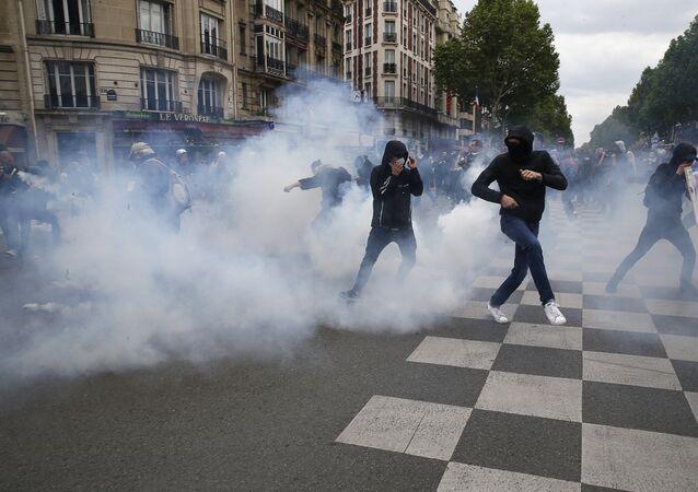 Paris polisi, çalışma yasasını protesto eden göstericilere biber gazıyla müdahalede bulundu.