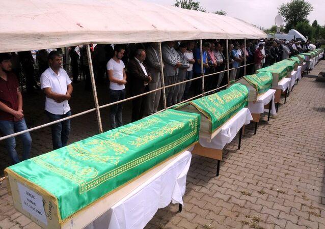 Diyarbakır'ın merkez Sur ilçesi kırsal alandaki Tanışık Mahallesi Dürümlü Mezrası'nda PKK'ya ait 15 ton patlayıcı yüklü kamyonun patlaması sonucu kaybolan, çevreye yayılan ceset parçalarında yapılan DNA incelemesi sonucu patlamada öldükleri belirlenen 13 kişi için bugün toplu cenaze töreni düzenlendi.