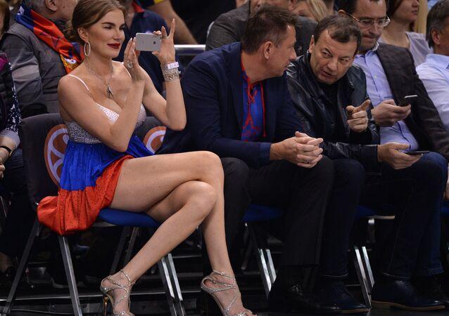 Kaliniç'e müdahale eden CSKA taraftarı ve eşi
