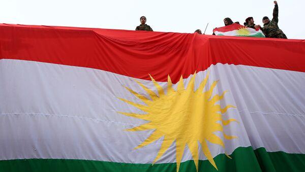 IKBY bayrağını sallayan Kürt gençleri. - Sputnik Türkiye