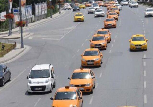 Atatürk Havalimanı'nda hizmet veren yaklaşık 500 taksi şoförü, Binali Yıldırım'ın AK Parti Genel Başkan adaylığının ilan edilmesi üzerine kent içinde kutlama turuna çıktı.