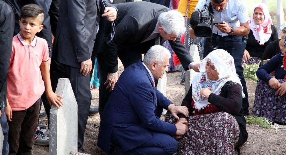 AK Parti Genel Başkan Adayı Binali Yıldırım, Diyarbakır'da, PKK'lıların Dürümlü mezrasında patlayıcı yüklü kamyonu infilak ettirmesi sonucu hayatını kaybedenlerin yakınlarını ziyaret etti.