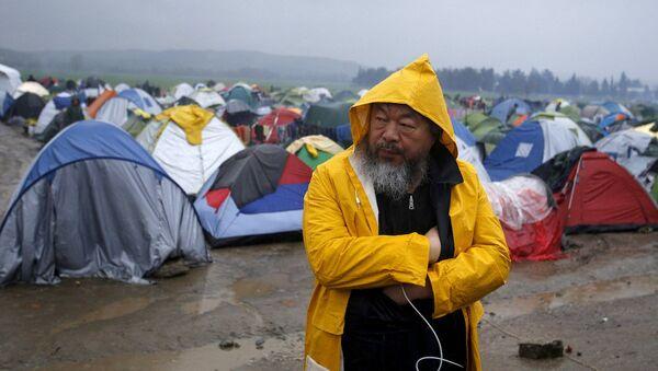 Çinli sanatçı Ai Weiwei, Idomeni sığınmacı kampında. - Sputnik Türkiye
