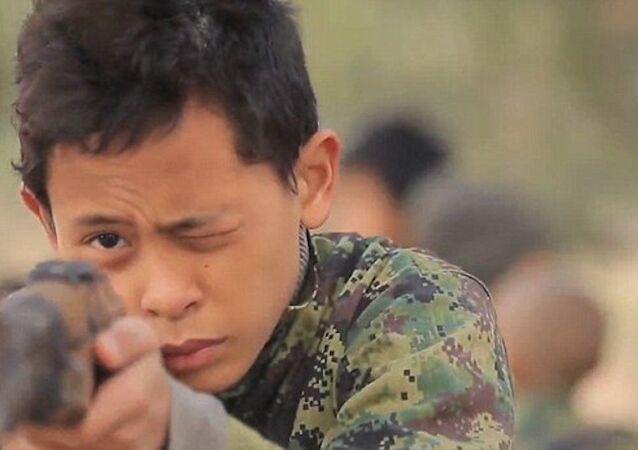 IŞİD şimdi de Asyalı çocuk askerlere 'eğitim' veriyor