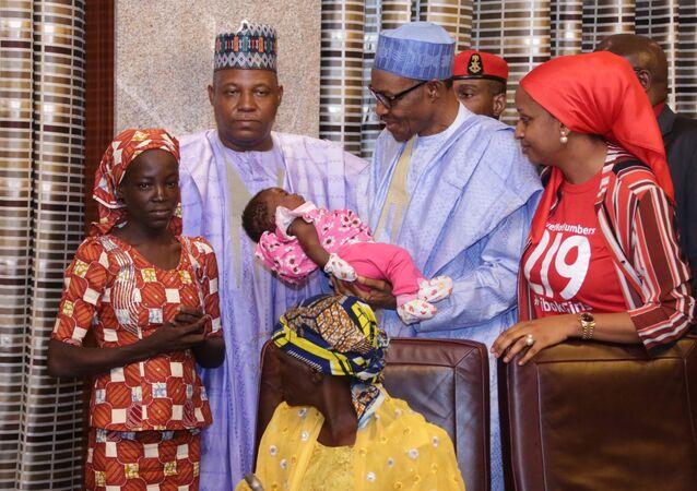 Nijerya Devlet Başkanı Buhari, Boko Haram'dan kurtarılan ilk 'Çibok kızının' bebeğini kucağına aldı.