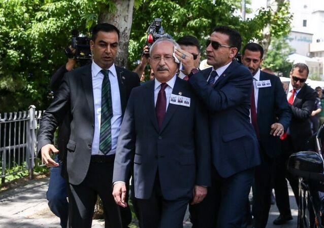 CHP Lideri Kemal Kılıçdaroğlu'na, Ankara'da katıldığı cenaze töreninin ardından yumurta atıldı.