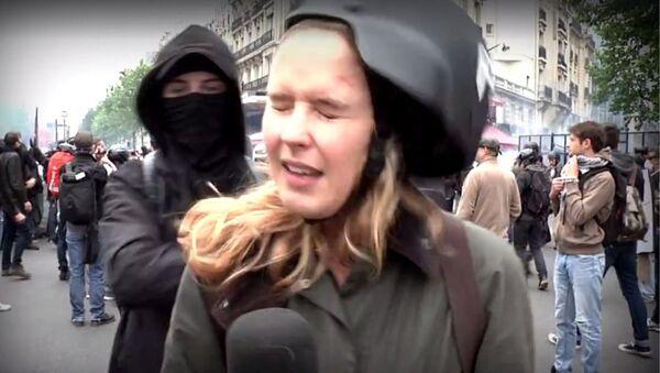 Paris'teki gösteri sırasında darp edilen RT muhabiri - Sputnik Türkiye