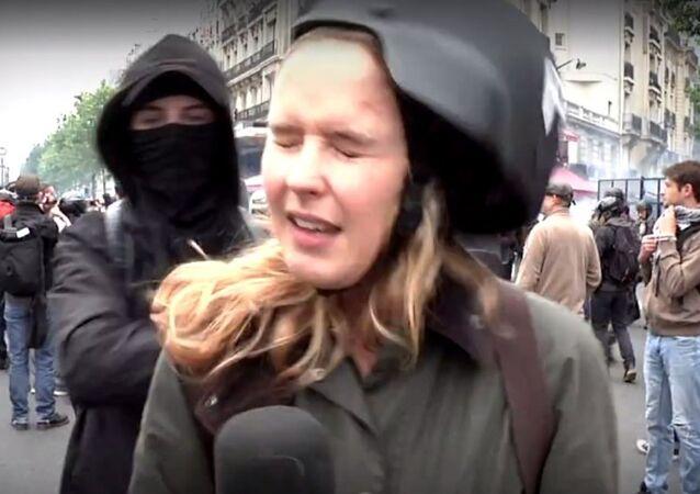 Paris'teki gösteri sırasında darp edilen RT muhabiri