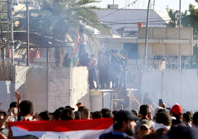 Irak'ın başkenti Bağdat'ta Şii lider Mukteda el Sadr yanlısı göstericilerin Yeşil Bölge'deki Başbakanlık ofisini basmasının ve askerlerin göstericilere ateş açmasının ardından kent çapında sokağa çıkma yasağı ilan edildi.