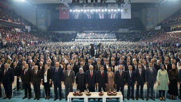 Cumhurbaşkanı Erdoğan'ın AK Parti 2. Olağanüstü Kongresi için gönderdiği mesaj, salondakiler tarafından ayakta dinlendi. - Sputnik Türkiye