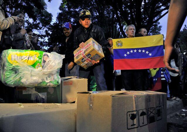 Hapisteki muhalif lider Leopoldo Lopez'in eşi Lilian Tintori'nin dağıttığı yardımlar.