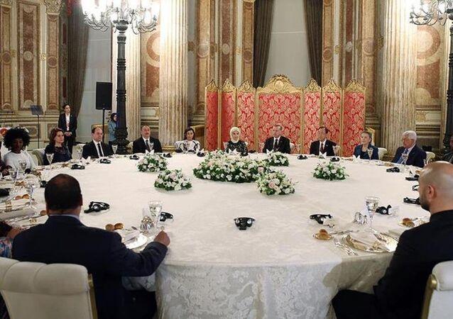 Cumhurbaşkanı Recep Tayyip Erdoğan, Dünya İnsani Zirvesi'ne katılan heyet başkanları onuruna akşam yemeği verdi.