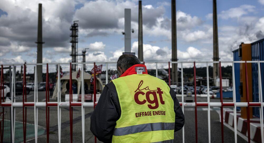 İşçiler Fransa'daki rafinelere ulaşımı engelledi