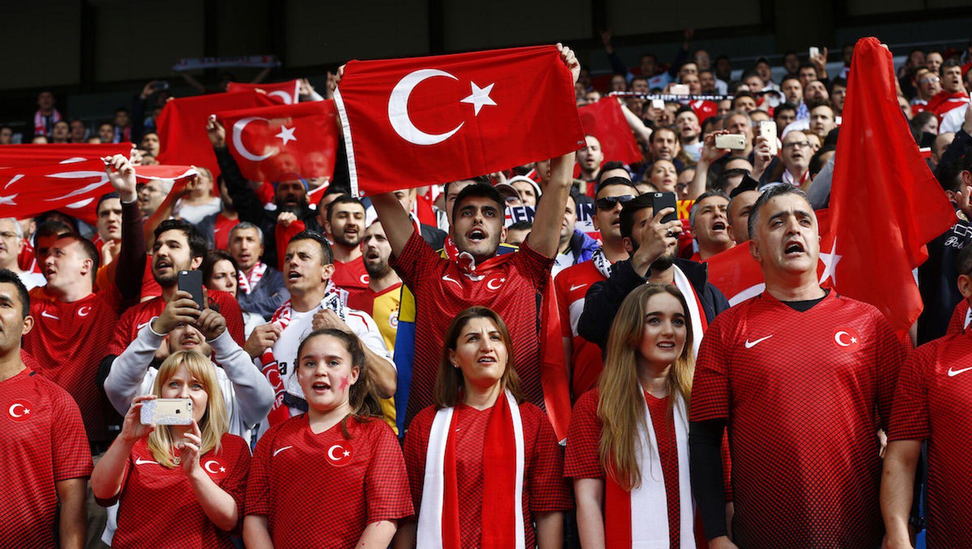 Türkiye A Milli Futbol Takımı'nı destekleyen taraftarlar. - Sputnik Türkiye, 1920, 09.06.2021