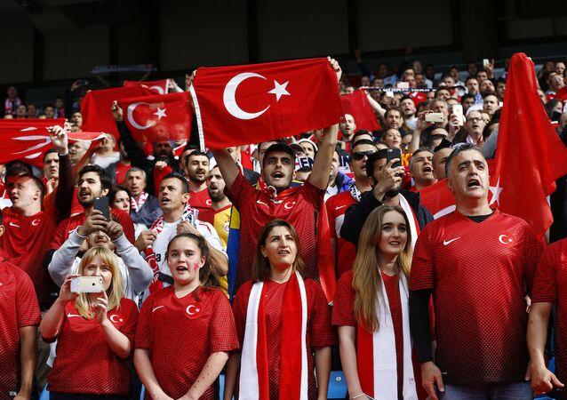 Türkiye A Milli Futbol Takımı'nı destekleyen taraftarlar.