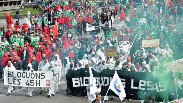 Belçikalılar çalışma yasasını başkent Brüksel'de protesto etti. - Sputnik Türkiye
