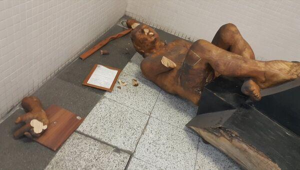 İzmir'de metro istasyonunda saldırıya uğrayan heykel - Sputnik Türkiye