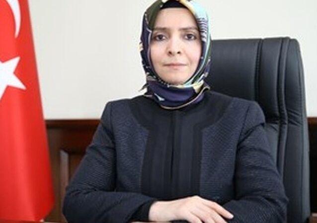 Aile ve Sosyal Politikalar Bakanı olan Fatma Betül Sayan Kaya'nın ablası Ayşe Hilal Koytak müsteşar yardımcılığı görevinden istifa ettiğini açıkladı. Koytak istifa kararını Kardeşim bakanken etik olmaz diyerek aldı.
