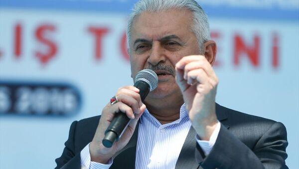 Başbakan Binali Yıldırım, Anıt Park'ta düzenlenen Diyarbakır Havalimanı yeni terminal binası açılışı ve yapımı tamamlanan tesislerin hizmete alım törenine katılarak konuşma yaptı. - Sputnik Türkiye