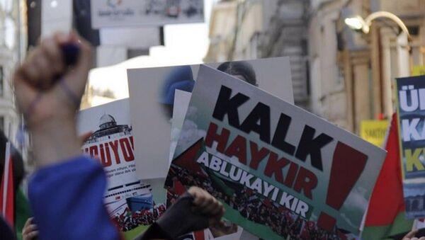İHH, Mavi Marmara baskınının yıldönümü sebebiyle Beyoğlu'nda eylem yaptı. - Sputnik Türkiye