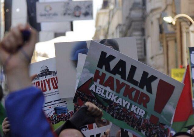 İHH, Mavi Marmara baskınının yıldönümü sebebiyle Beyoğlu'nda eylem yaptı.