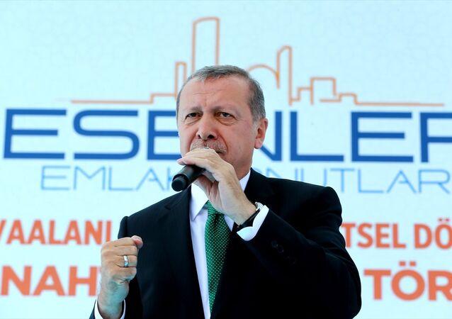 Cumhurbaşkanı Recep Tayyip Erdoğan, Esenler Havaalanı Mahallesi Kentsel Dönüşüm Konutlarının hak sahiplerine teslim törenine katılarak burada bir konuşma yaptı.