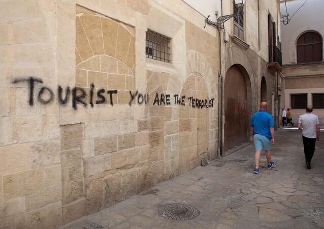 İspanya'da bir duvar yazısından: Turist, sen bir teröristsin.