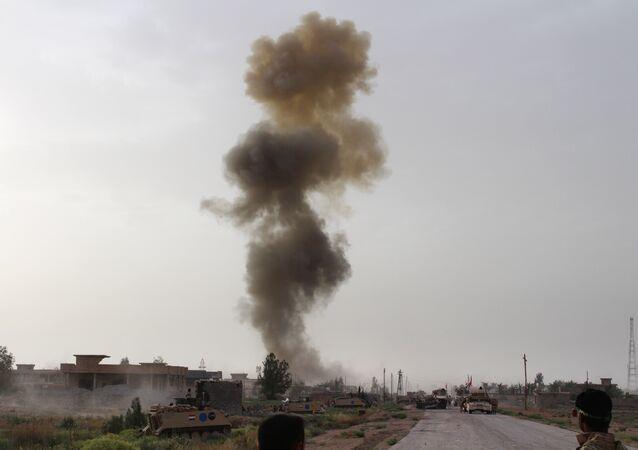 Hükümet yanlısı güçler, Irak'ın Anbar eyaletinde düzenlenen bir operasyonun ardından havaya yükselen dumanları izliyor.