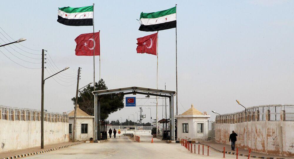 Öncüpınar Sınır Kapısı'nda yan yana dalgalanan Özgür Suriye Ordusu ve Türkiye bayrakları.