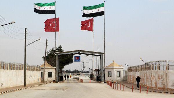 Öncüpınar Sınır Kapısı'nda yan yana dalgalanan Özgür Suriye Ordusu ve Türkiye bayrakları. - Sputnik Türkiye