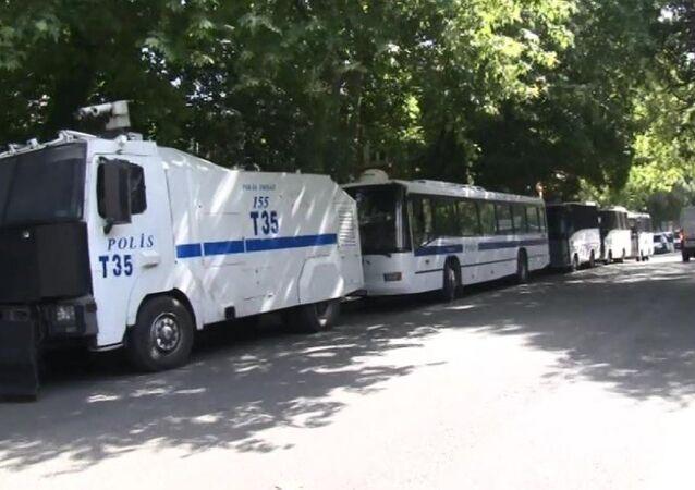 Polis otobüsü ve TOMA