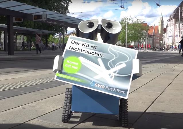 Almanya'da 2008 ABD yapımı Wall-E filmindeki aynı isimli çevreci robot, Alman vatandaşlarını kamusal alanlarda sigara içilmemesi konusunda uyarıyor.