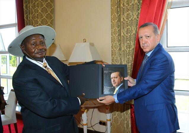 Cumhurbaşkanı Recep Tayyip Erdoğan, Uganda'da, Cumhurbaşkanı Yoweri Museveni tarafından karşılandı