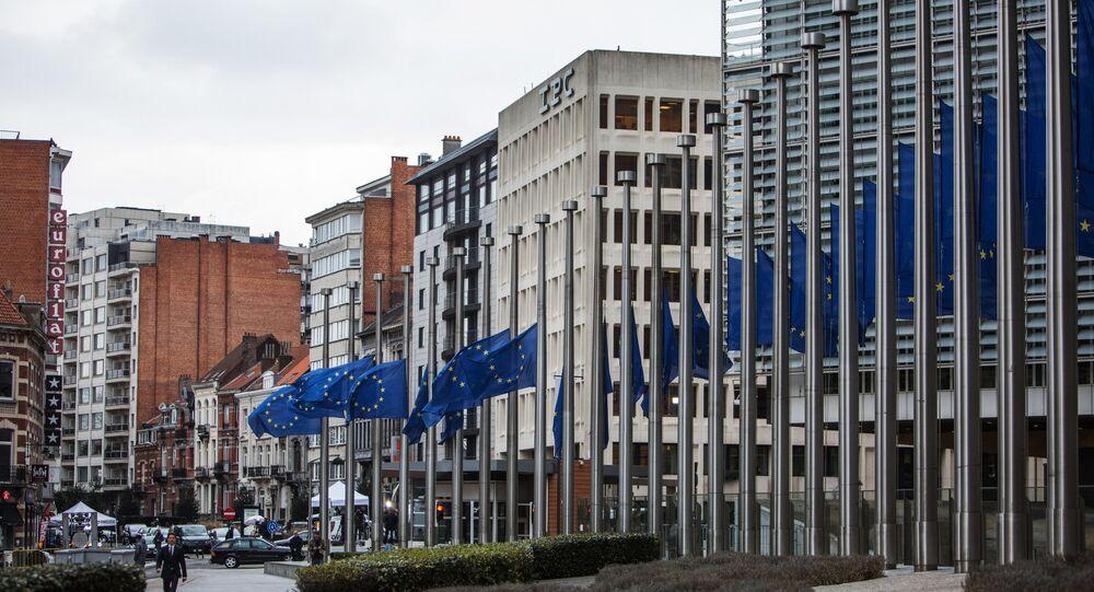 Avrupa Komisyonu Genel Merkezi önündeki Avrupa Birliği bayrakları.