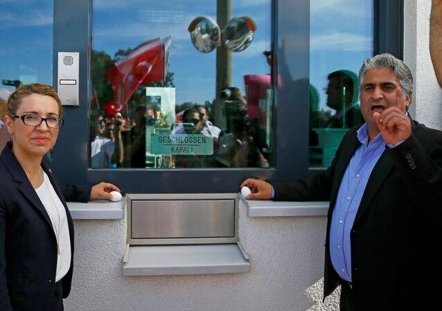 MHP Narlıdere İlçe Başkanı Metin Keskin, Almanya'nın İzmir Başkonsolosluğu'nun güvenlik kulübesine yumurta bıraktı.