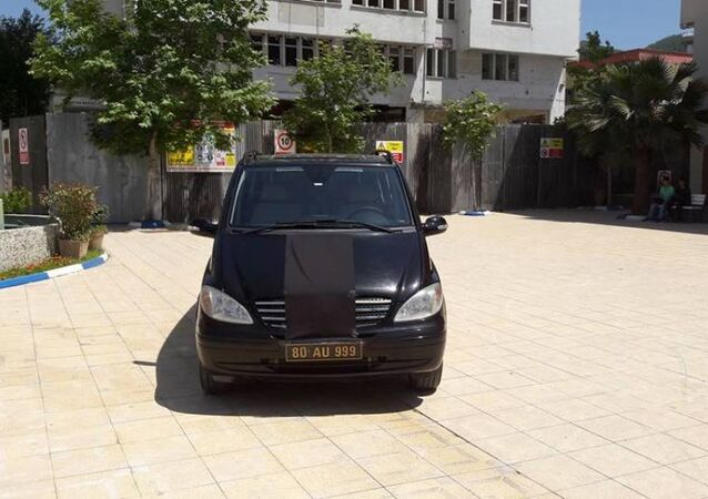 AK Partili Düziçi Belediyesi Başkanı Ökkeş Namlı'nın 'Ermeni Soykırımı' tasarısının Alman Federal Meclisi'nde onaylanmasına tepki olarak Mercedes'ine bez gerdi ve arabanın logosunu sakladı.