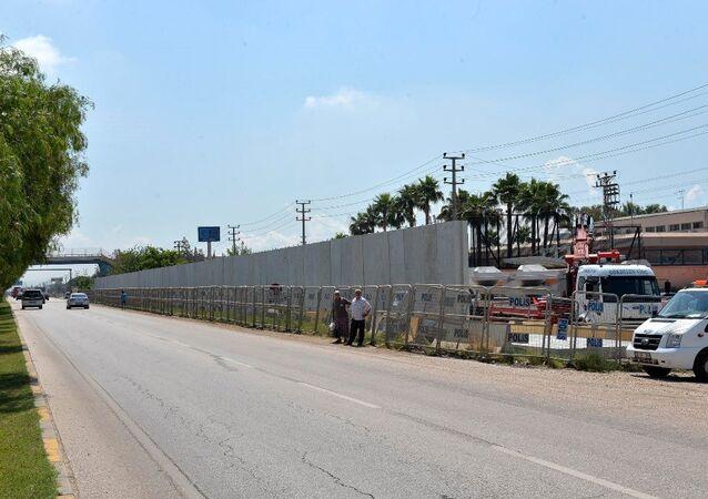 ABD Konsolosluğu binası beton duvarlarla çevrildi