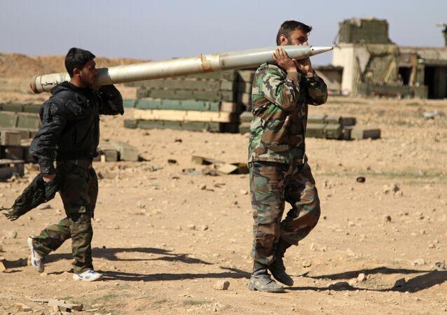 Rakka yakınlarındaki Suriye askerleri.