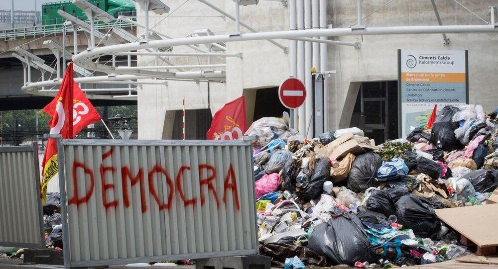 Paris sokaklarında çöp dağları