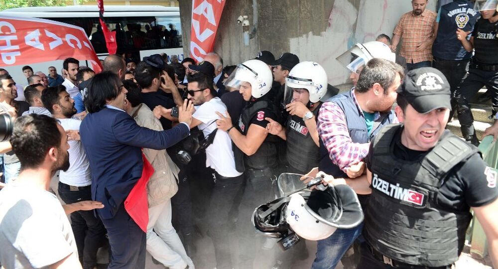 CHP Genel Başkanı Kemal Kılıçdaroğlu'na Vezneciler'deki bombalı saldırıda hayatını kaybeden polislerin cenazesinde mermi atılmasına tepki gösteren CHP İl Başkanı Cemal Canpolat, 12.5 milyon oy alan bir partinin genel başkanının önüne mermi atanlar şunu bilsinler ki, 12.5 milyon insanı evlerinde zor tuttuğumuzu bilmelerini istiyorum dedi.