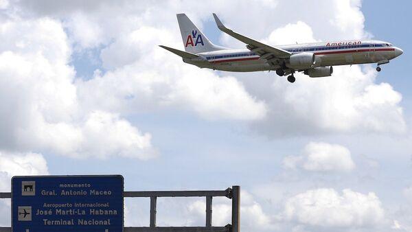 Havana'daki Jose Marti Uluslararası Havalimanı'na inmeye hazırlanan bir American Airlines uçağı. - Sputnik Türkiye