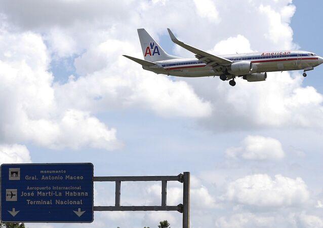 Havana'daki Jose Marti Uluslararası Havalimanı'na inmeye hazırlanan bir American Airlines uçağı.