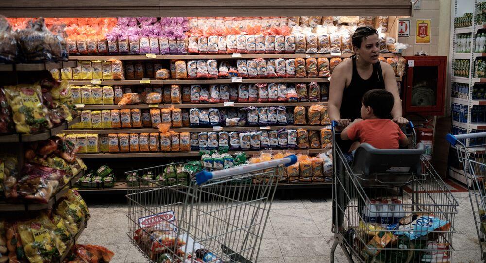 Çocuğuyla birlikte süpermarkette alışveriş yapan bir kadın.