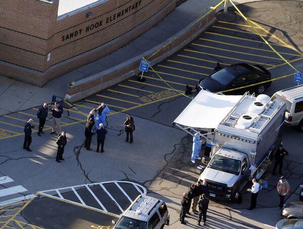 Newtown kentindeki Sandy Hook ilköğretim okulunda 20 yaşındaki Adam Lanza 20'si çocuk 26 kişiyi öldürdü. ABD'de bir okulda gerçekleşen en kanlı saldırı olan olayın ardından Lanza, başına ateş ederek intihar etti. - Sputnik Türkiye