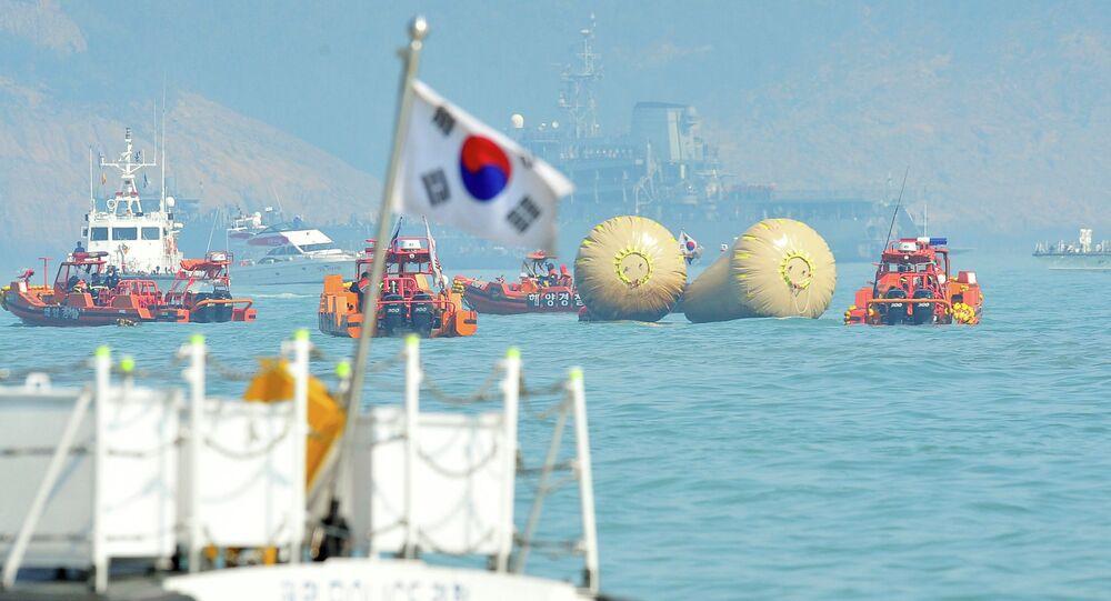 Güney Kore'de 2014'te batan ve çoğu öğrenci 304 kişiye mezar olan Sewol feribotunun Jindo Adası açıklarındaki enkazı deniz dibinden çıkarılıyor.
