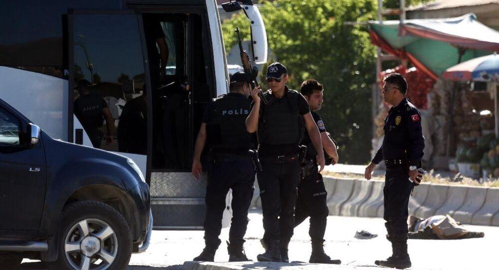 Van'ın merkez İpekyolu İlçesi Sebze Hali Kavşağı'nda güvenlik güçleri ile PKK'lılar arasında çatışma çıktı. Çatışmada 1'i sağ 3'ü ölü olmak üzere 4 PKK'lı ele geçirilirken, 1 polis memuru da yaralandı.