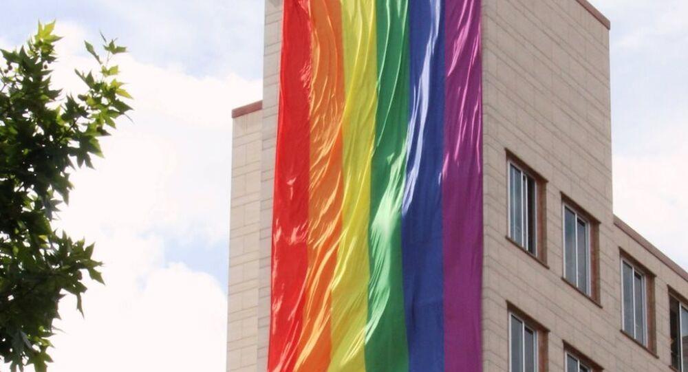 ABD İstanbul Başkonsolosluğu binasına, LGBTİ hareketinin simgesi gökkuşağı bayrağı asıldı