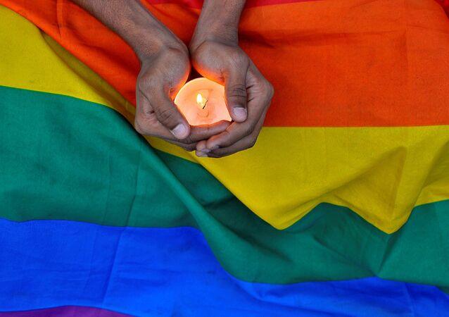 Orlando saldırısında hayatını kaybedenler için birçok yerde anma düzenlendi.